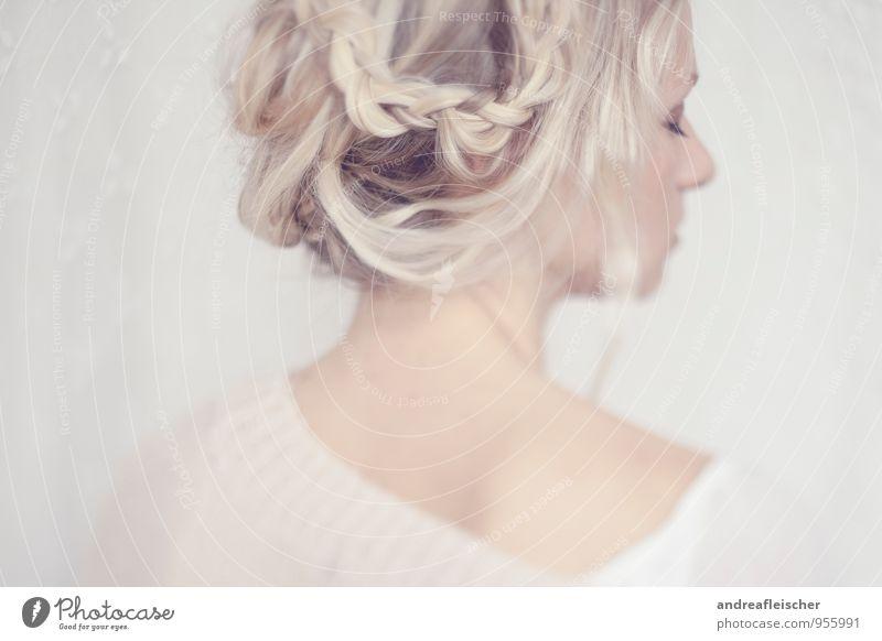 Von Hauch bis Zart. Mensch Jugendliche schön Einsamkeit 18-30 Jahre Erwachsene Traurigkeit Gefühle feminin träumen elegant blond ästhetisch Warmherzigkeit