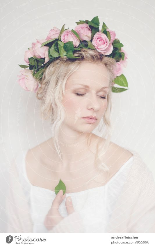 Traumhaft romantisch elegant schön Hochzeit feminin Junge Frau Jugendliche 1 Mensch 18-30 Jahre Erwachsene Pflanze Frühling Sommer Blume Rose Blatt Blüte Kleid