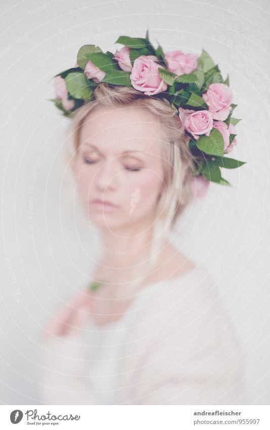 Traumhaft romantisch Mensch Jugendliche Junge Frau schön weiß Erotik Blatt 18-30 Jahre Erwachsene Leben Blüte natürlich feminin Feste & Feiern rosa elegant