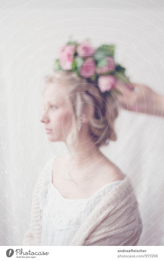 Von Hauch bis Zart. feminin Junge Frau Jugendliche 1 Mensch 18-30 Jahre Erwachsene Pullover Stoff Blumenkranz blond langhaarig schön geduldig ruhig