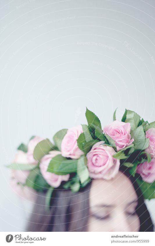 Ein Hauch von Romantik feminin Junge Frau Jugendliche 1 Mensch 18-30 Jahre Erwachsene Haare & Frisuren brünett langhaarig ästhetisch Detailaufnahme Rose