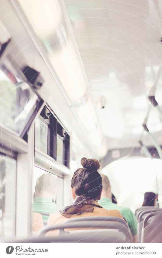 Unterwegs in London. maskulin feminin 3 Mensch 18-30 Jahre Jugendliche Erwachsene Verkehrsmittel Öffentlicher Personennahverkehr Berufsverkehr Busfahren sitzen