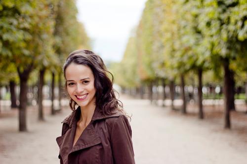 . elegant Stil Tourismus Ausflug Freiheit Städtereise feminin Junge Frau Jugendliche 1 Mensch 18-30 Jahre Erwachsene Herbst Baum Jacke Mantel brünett langhaarig