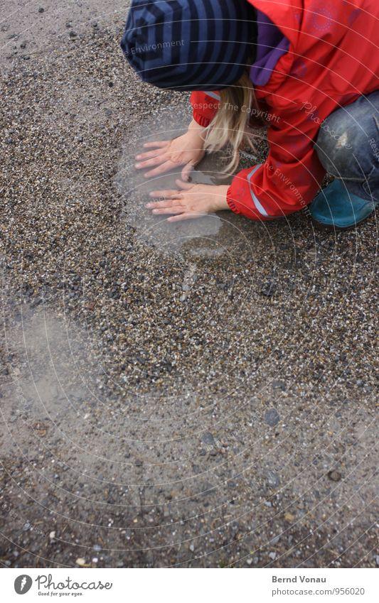 Vorwäsche Spielen tauchen Kind Mensch feminin Mädchen Kindheit Hand Finger 3-8 Jahre Wasser Regen Wege & Pfade Jeanshose Jacke Gummistiefel Mütze blond Streifen