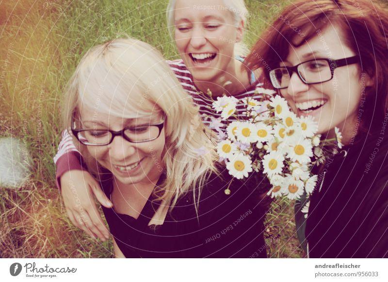 Maigirls. Mensch Natur Jugendliche Junge Frau Freude 18-30 Jahre Erwachsene Bewegung Beleuchtung feminin Frühling Glück lachen Freundschaft blond laufen