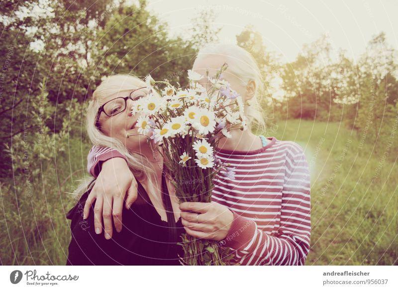 Maigirls. Mensch Natur Jugendliche grün Junge Frau Freude 18-30 Jahre Erwachsene feminin Frühling Freundschaft Zufriedenheit blond Lächeln Lebensfreude