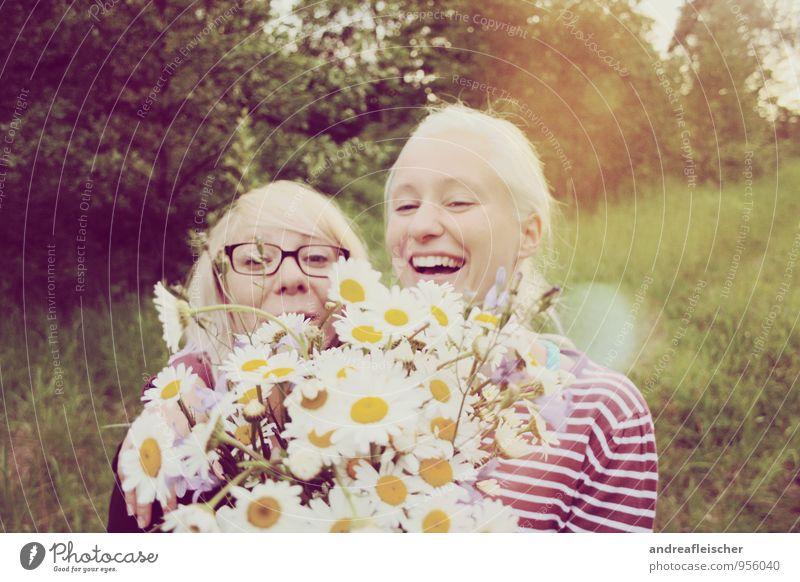 Maigirls. feminin Junge Frau Jugendliche Freundschaft 2 Mensch 18-30 Jahre Erwachsene Natur Blume Wald T-Shirt Pullover Brille blond langhaarig Pony Lächeln