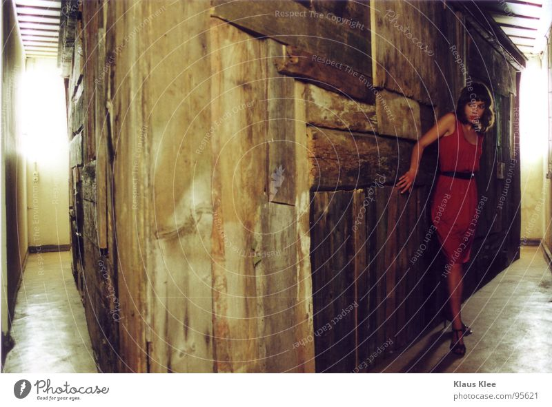 Haus Frau rot Holz Schuhe Raum Angst gefährlich Bodenbelag Kleid Panik