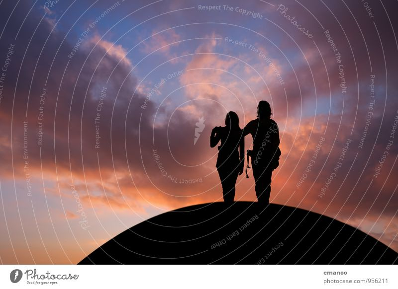 Die zwei auf dem Hügel Mensch Himmel Natur Ferien & Urlaub & Reisen Jugendliche Junge Frau Landschaft Wolken Junger Mann Freude Ferne Berge u. Gebirge Leben