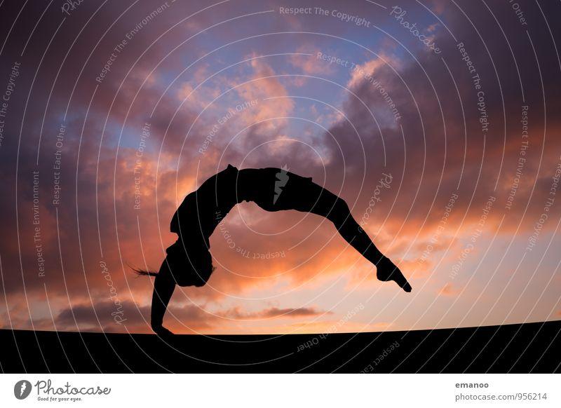 Flick Flack Mensch Himmel Natur Ferien & Urlaub & Reisen Jugendliche Sommer Wolken Freude Junger Mann Leben feminin Sport Stil Freiheit springen Horizont