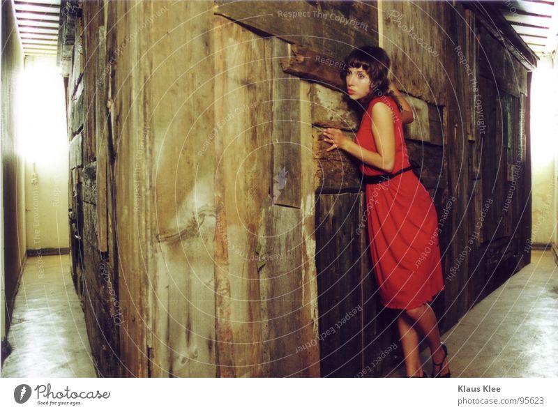 Haus2 Frau rot Haus Holz Schuhe Raum Angst Bodenbelag Kleid verfallen Panik