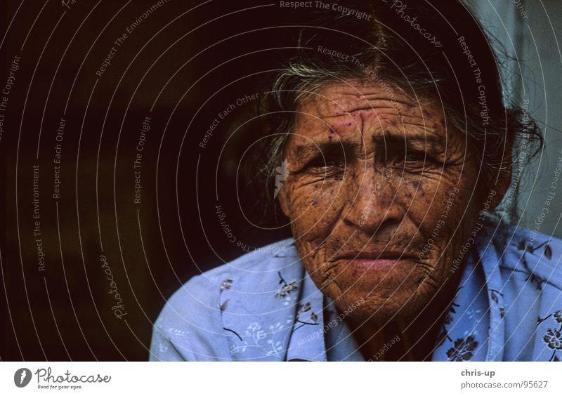 Kräuter Frau 1 Peru Lima Senior Südamerika Amerika Lippen Indio einheimisch Stirn Gesichtsausdruck Porträt Surquillo Weiblicher Senior Falte Südamerikaner Haut