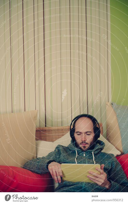 CouchSurfing Mensch Jugendliche Erholung Junger Mann Erwachsene Stil Mode maskulin Lifestyle Wohnung Freizeit & Hobby Häusliches Leben Musik Design Computer Kommunizieren