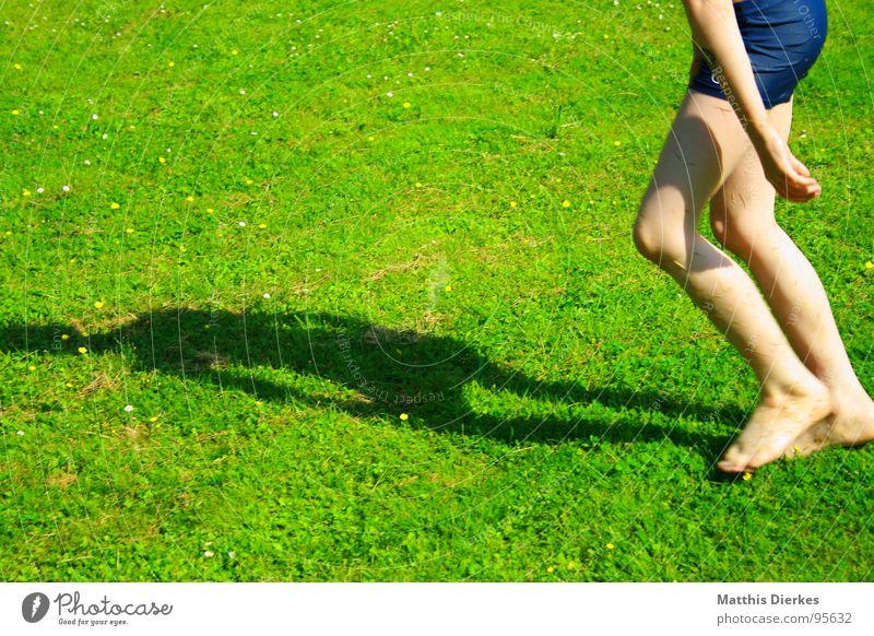 BARFUß-ZOMBIE MIT BADEHOSE Barfuß Wiese Badehose Sommer See Spielen nass Erfrischung Sonne strahlend Freude Kind Junge Haut Schatten Garten erfrischen Farbe