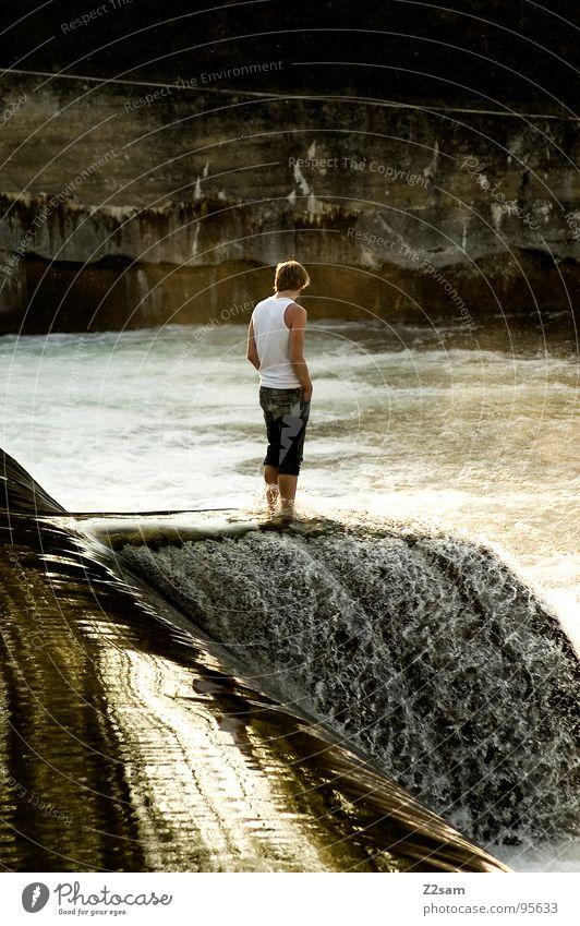 thinking Mann Jugendliche Wasser Wand Mauer Denken Wellen gefährlich stehen Jeanshose Wasserfall lässig Wasseroberfläche Gischt Strömung schäumen