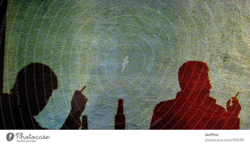 Schattengestalten Wand Porträt Zigarette Bier schwarz grün rot gelb Mann Rauchen