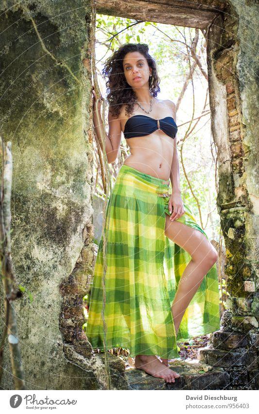 Ana feminin Junge Frau Jugendliche 1 Mensch 18-30 Jahre Erwachsene Sommer Schönes Wetter Pflanze Baum Mauer Wand Fassade Tür brünett Locken dünn gelb grün