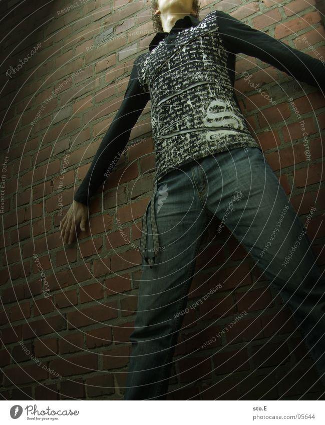 spotlight@ausbruchversuch Licht Körperhaltung Wand Mauer Backstein Haus gefangen gestellt blenden stehen bewegungslos schwarz weiß T-Shirt Hose Hoppegarten