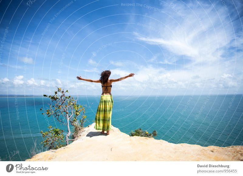 Be free III Mensch Himmel Ferien & Urlaub & Reisen Jugendliche blau grün weiß Wasser Sommer Junge Frau Erholung Meer Landschaft Wolken 18-30 Jahre Ferne