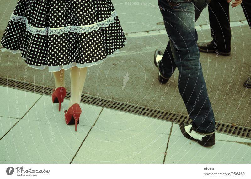 Abmarsch Mensch Frau Mann Stadt rot Erotik Erwachsene Straße feminin Wege & Pfade Stil Beine gehen Fuß Mode Paar