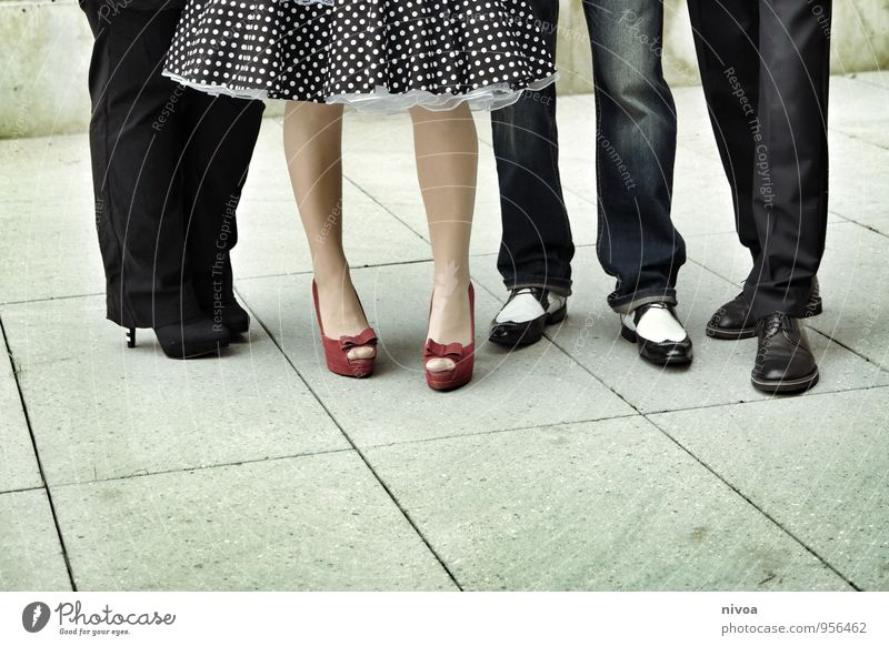 Gruppenbild ausgehen Feste & Feiern Hochzeit Mensch Frau Erwachsene Mann Familie & Verwandtschaft Freundschaft Paar Beine 4 30-45 Jahre Platz Rock Hose Schuhe