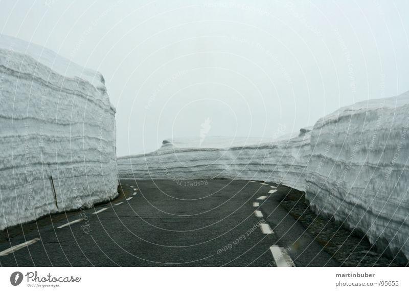 schnee auto bahn II Winter dunkel Schnee Berge u. Gebirge Eisenbahn fahren Spuren außergewöhnlich Aussicht eng frieren Schlucht Gleise unterwegs Fahrbahn schmal