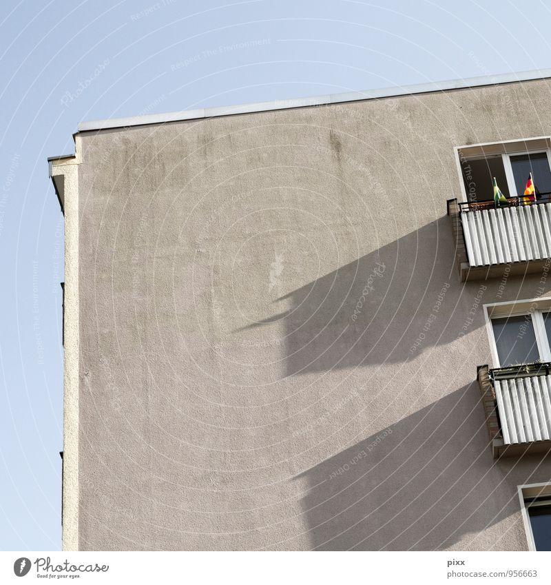 die da oben alt blau ruhig Haus Wand Architektur Berlin Mauer grau Metall Wohnung Häusliches Leben Hochhaus authentisch Beton