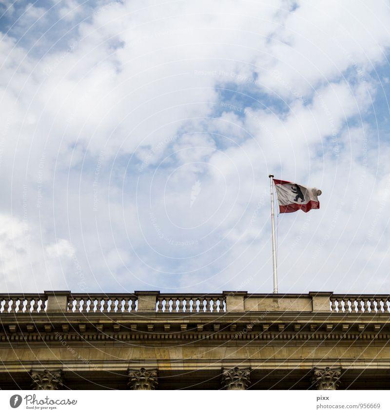 wolkenbär rot Wolken Architektur Mauer Berlin Freiheit Tourismus Wind Bauwerk Fahne Vergangenheit Hauptstadt Gesellschaft (Soziologie) Säule wehen Fahnenmast