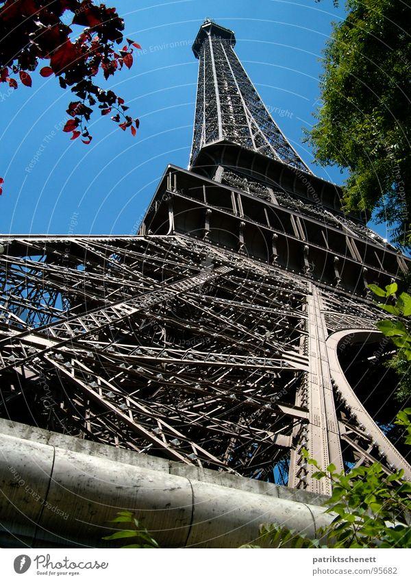 Eiffelturm Paris Perspektive vom Sockel bis zur Spitze Tour d'Eiffel Frankreich grau historisch Macht emporragend Wahrzeichen Denkmal Metall blau Himmel