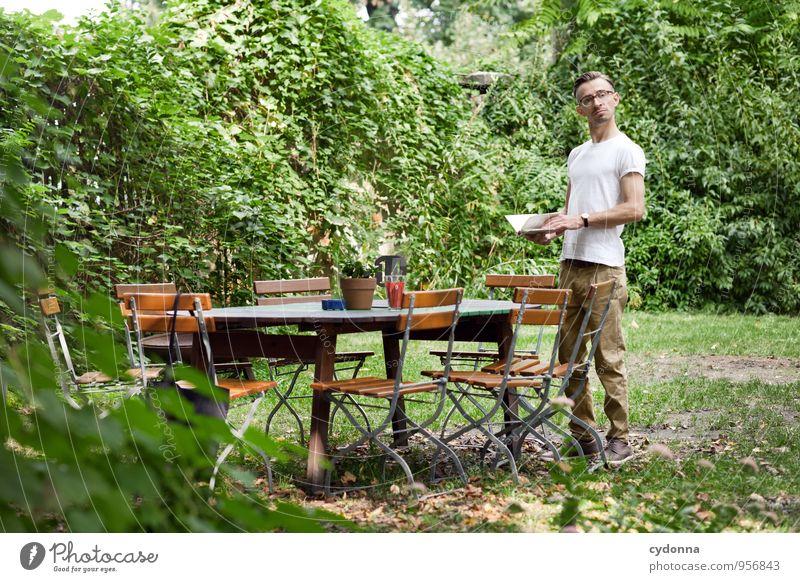 Ich tät schon mal was bestellen ... Lifestyle Restaurant Mensch Junger Mann Jugendliche Leben 18-30 Jahre Erwachsene Natur Sommer Garten Beginn Beratung