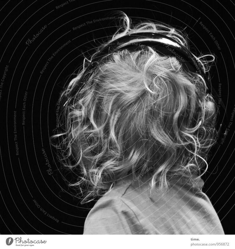 Schallschutz Junge Haare & Frisuren 1 Mensch Musik hören Kopfhörer Hemd blond kurzhaarig Locken genießen wild Willensstärke Leidenschaft Sicherheit entdecken