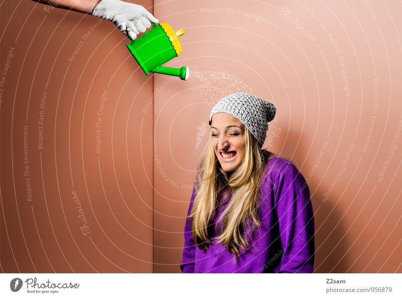 Autsch Stil feminin Junge Frau Jugendliche 18-30 Jahre Erwachsene Pullover Mütze blond langhaarig Gießkanne frech trendy schön lustig mehrfarbig grün violett