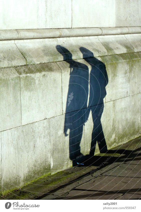 an die Wand gedrückt... Mensch maskulin 2 Mauer Fußgänger Bürgersteig alt berühren Bewegung gehen Zusammensein grau Partnerschaft gleich Stadt Steinwand
