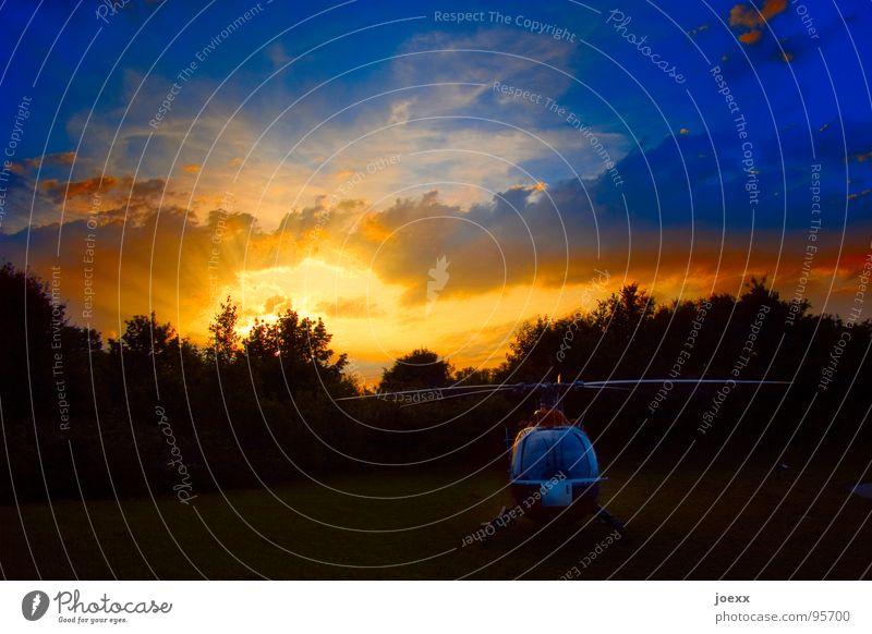 Retter im Ruhestand Himmel blau Baum Wolken schwarz gelb hell Luftverkehr Arzt Pause Abenddämmerung Rettung Sonnenuntergang Unfall Hubschrauber Rotor