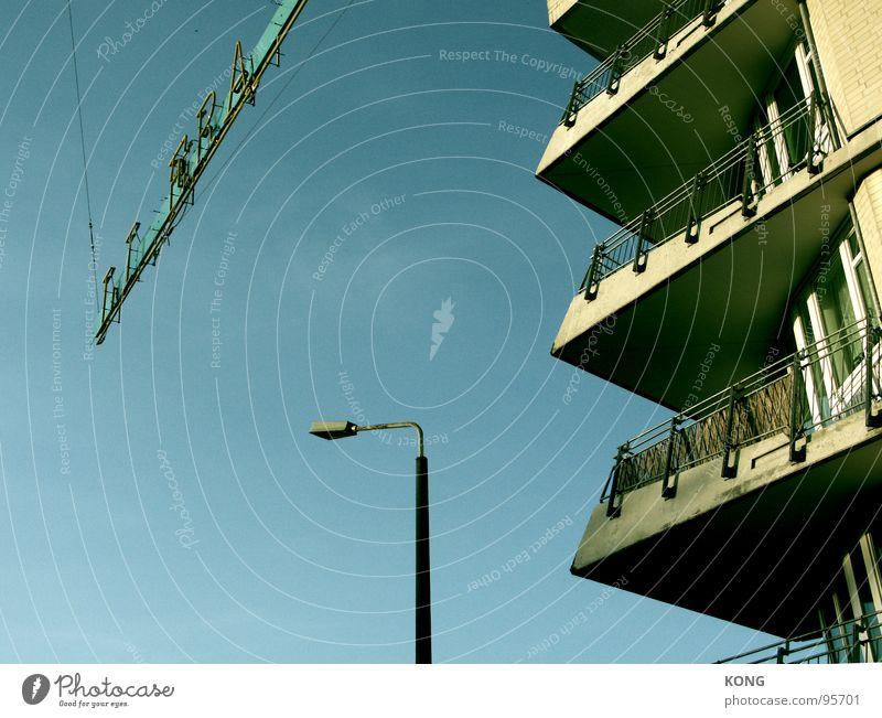richtung stillstand Haus Stadt Gebäude Stadthaus Lampe Leuchtreklame stagnierend Beton Detailaufnahme Berlin baumasse Himmel Metall Anschnitt Architektur