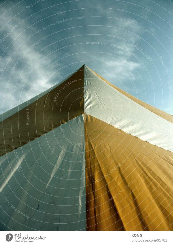 up Zelt Abdeckung gelb weiß Wolken Himmel Licht & Schatten Detailaufnahme aufwärts blau sky clouds tent Falte Pfeil gen himmel der sonne entgegen