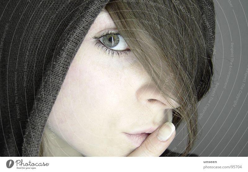 hey.........sssssssssscht Haare & Frisuren Haut ruhig Frau Erwachsene Auge Mund Finger 1 Mensch Denken Blick warten dunkel schön geduldig Kapuze Haarschnitt