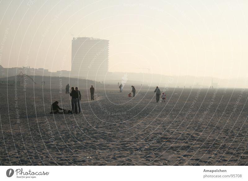 grauer Sand Mensch Himmel Ferien & Urlaub & Reisen Sommer Wasser Meer Erholung ruhig Freude Winter Strand kalt Leben Gefühle Herbst Gebäude