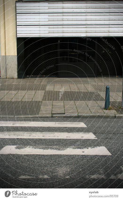 Beschränkte cineastische Programmauswahl alt Stadt Einsamkeit Haus Wand Gebäude geschlossen Beton frei leer Bodenbelag Hinweisschild Filmindustrie verfallen