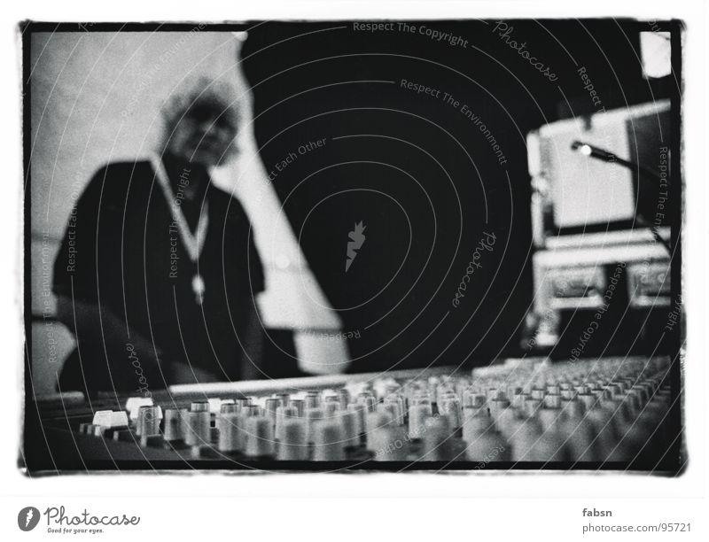 DER TECHNIKER Techniker Musikmischpult live liegen Konzert Open Air Bühne Knöpfe Elektrisches Gerät Veranstaltung Medien Konzentration Schwarzweißfoto