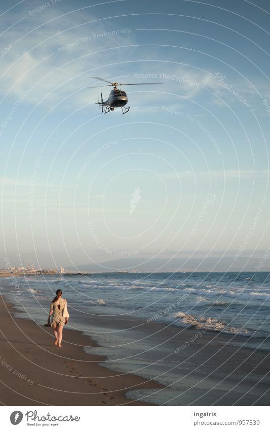 Überwachung Ferien & Urlaub & Reisen Freiheit Strand Meer Wellen Spaziergang Strandspaziergang Luftverkehr Mensch feminin Frau Erwachsene 1 Natur Himmel Wolken