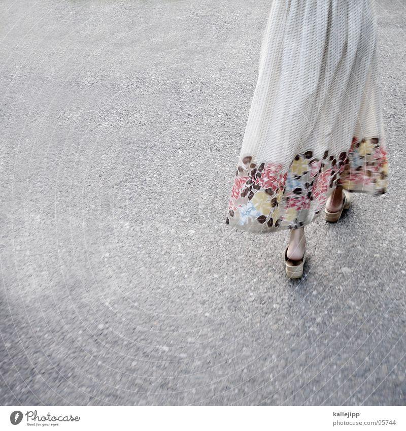 summer in a city Kleid Blume Schuhe Holzschuhe Muster Asphalt Teer heiß Sommer Schwüle leicht luftig schön Frau feminin gehen Gesäß Fußgänger flower Bekleidung