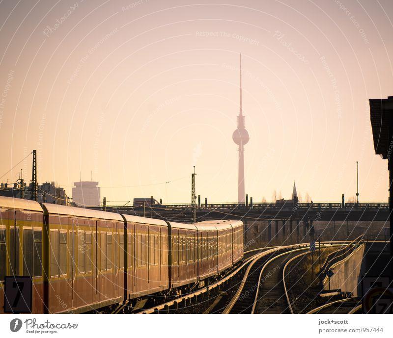 10-Minuten-Takt Wolkenloser Himmel Prenzlauer Berg Brücke Turm Wahrzeichen Berliner Fernsehturm Verkehrsmittel Verkehrswege Öffentlicher Personennahverkehr