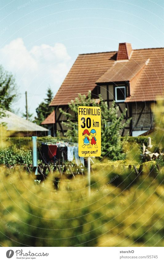 Dörfliche Idylle Verkehr Dorf Verkehrswege Schilder & Markierungen Mensch 30 km/h Blauer Himmel Respekt Straße Freiwillig