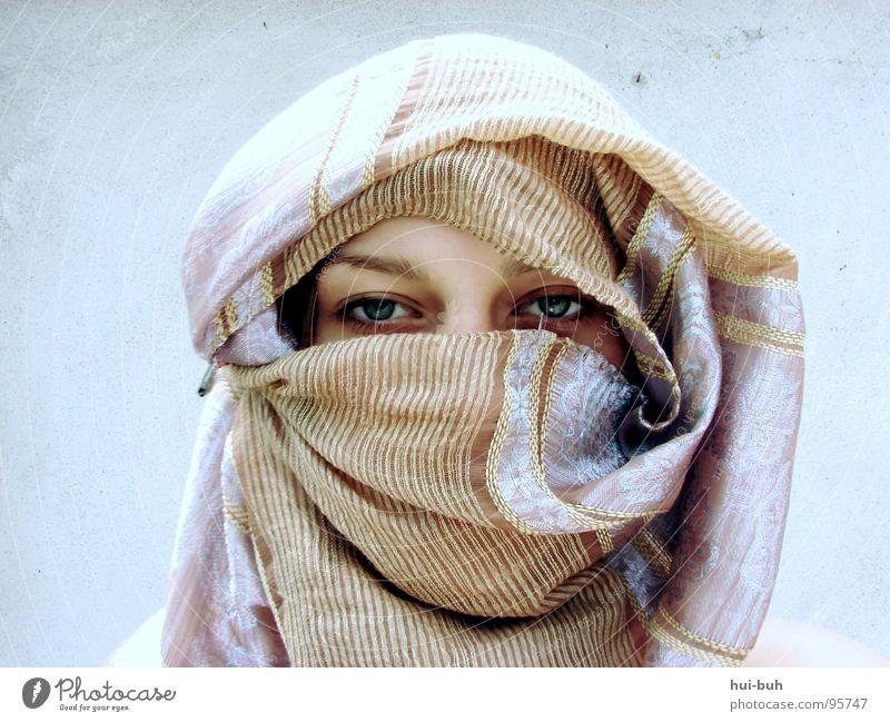 Die Frau aus der Wüste.. Frau Auge Wand Wärme Religion & Glaube Feste & Feiern Schutz Physik Bahnhof Tuch Schal Schleier festlich verpackt Moral Arabien