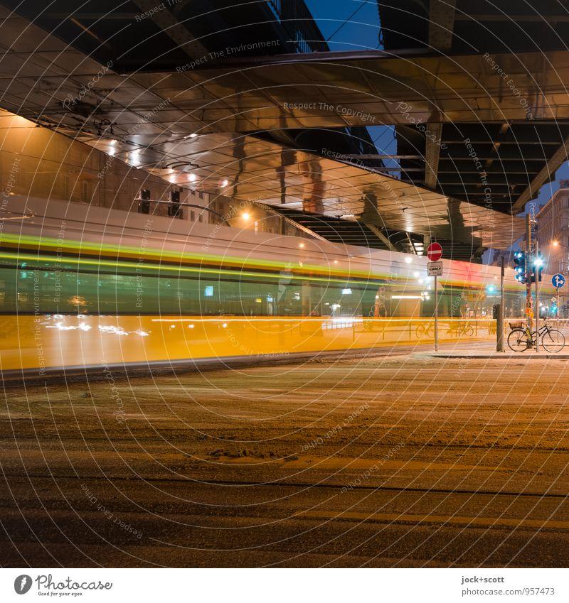 Winter voll in Fahrt mit der Tram Frost Schnee Verkehrswege Öffentlicher Personennahverkehr Straßenkreuzung Ampel Verkehrszeichen Straßenbahn lang