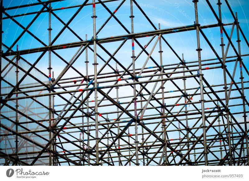 gut gerüstet Himmel blau Ferne grau Linie hoch Baustelle planen viele Netzwerk Zusammenhalt fest Verbindung Stahl Konstruktion bewegungslos
