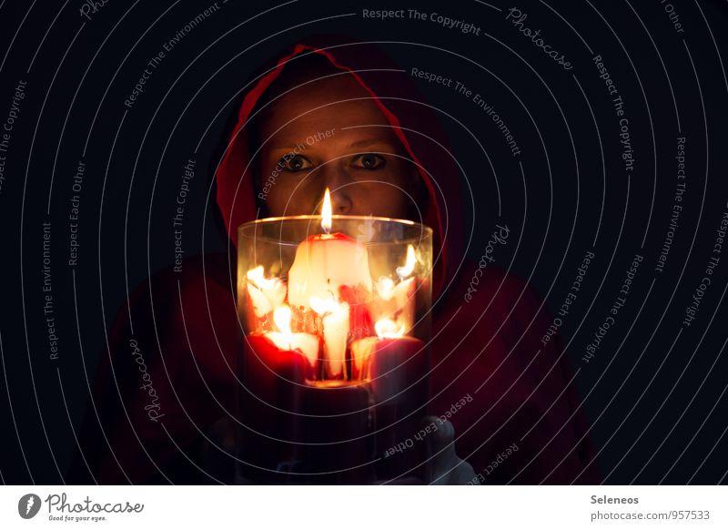 im Kerzenschein Mensch feminin Frau Erwachsene Gesicht 1 Kapuze leuchten dunkel Kerzenstimmung Farbfoto Innenaufnahme Licht Schatten Kontrast Oberkörper