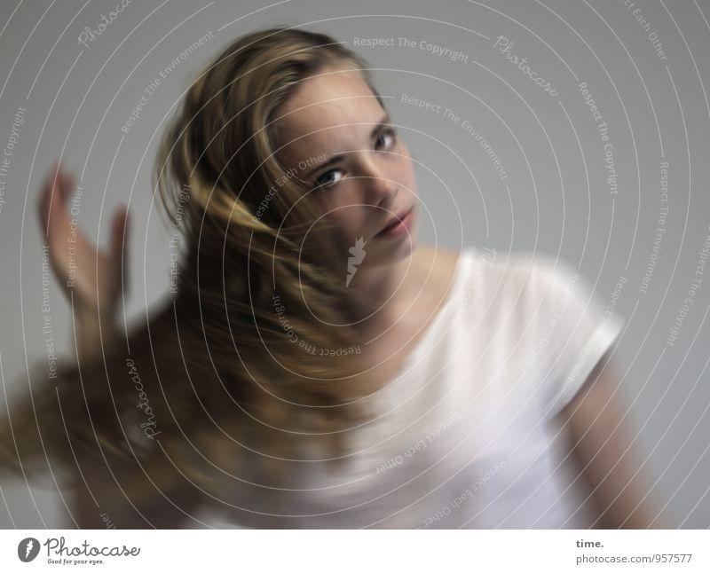 Nelly Haare & Frisuren Gesicht feminin Junge Frau Jugendliche 1 Mensch T-Shirt blond langhaarig beobachten Bewegung drehen Blick schön wild Mut Leidenschaft