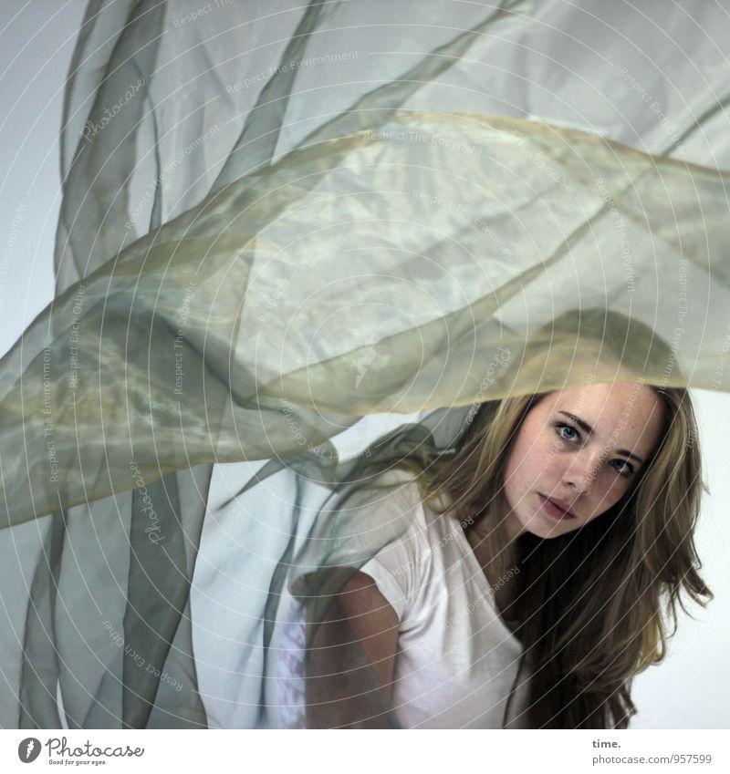 . Mensch Jugendliche Junge Frau feminin Sport blond beobachten festhalten T-Shirt Stoff Konzentration Kontrolle langhaarig Leichtigkeit werfen